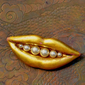 Gold-lips-brooch